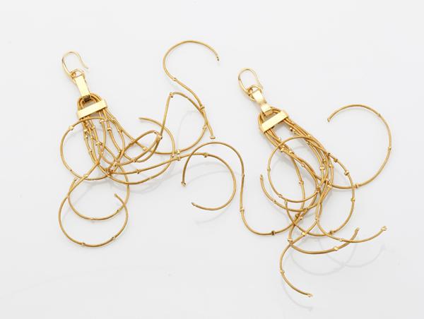 Boucles d'oreille Or : des fils de cuir parsemés de perles au bain d'or