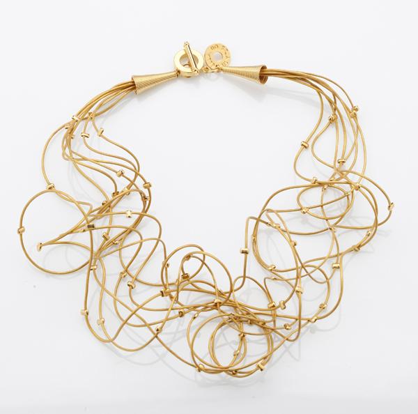 Collier Or : des fils de cuir parsemés de perles au bain d'or