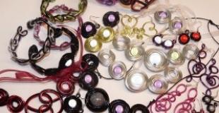 Julie, presque pro, créatrice de bijoux fantaisie en fil d'aluminium